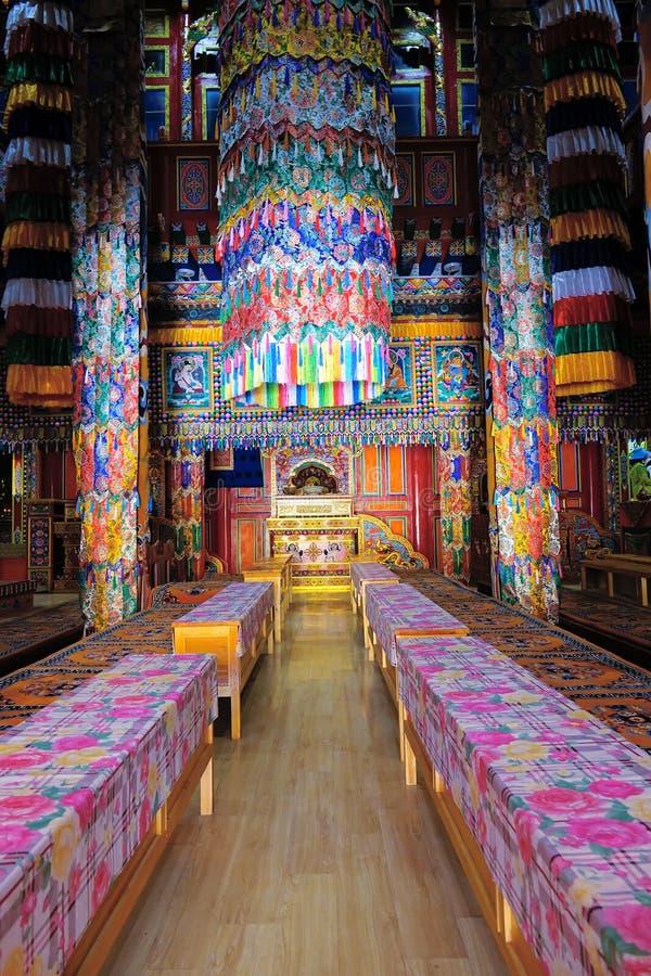 Pasillo tibetano de la escritura del templo imagenes de archivo