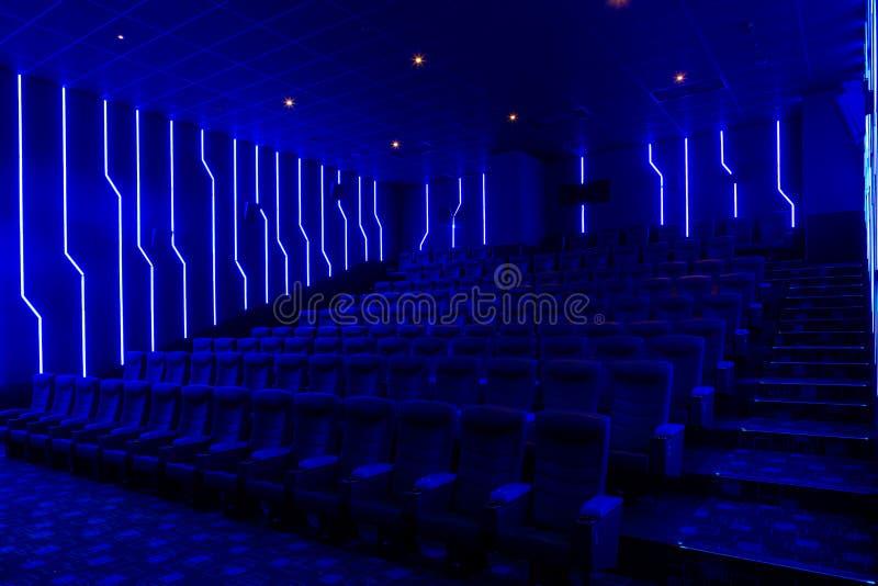 Pasillo vacío del cine con el interior ligero azul imagen de archivo libre de regalías