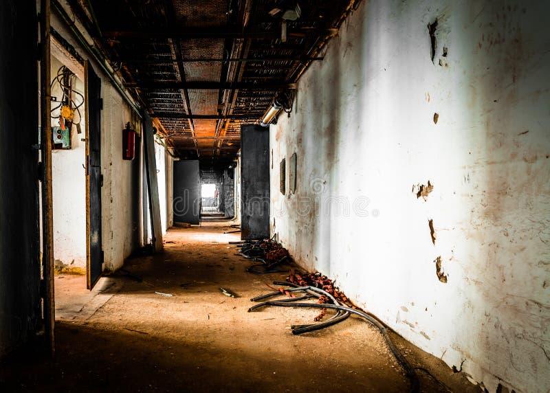 Pasillo viejo abandonado del lugar de trabajo foto de archivo libre de regalías