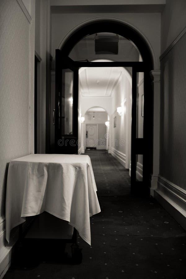 Pasillo y carretilla vacía de la comida para el servicio de habitación en un hotel de lujo fotos de archivo libres de regalías