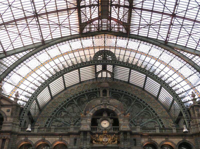Pasillo y tejado del ferrocarril de Amberes foto de archivo libre de regalías