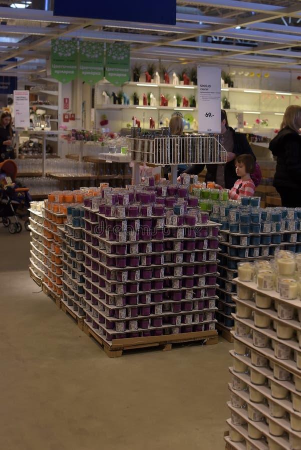 Pasillos de mercancías en la tienda de muebles Ikea fotos de archivo