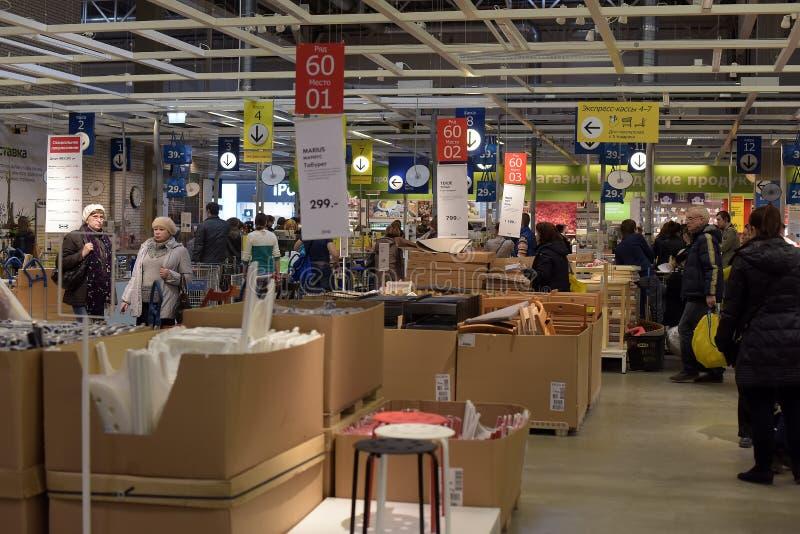 Pasillos de mercancías en la tienda de muebles Ikea foto de archivo
