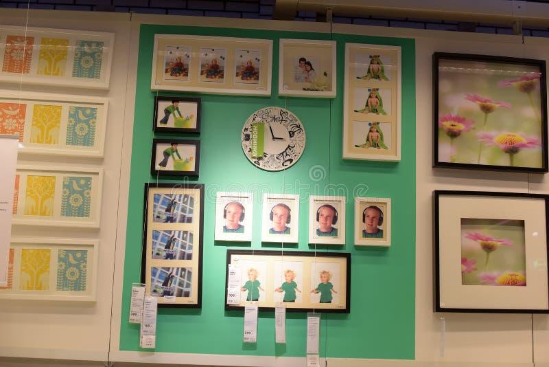 Pasillos de mercancías en la tienda de muebles Ikea imagenes de archivo