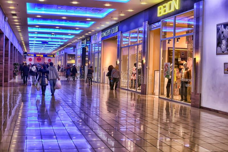 Pasillos del centro comercial moderno fotografía de archivo