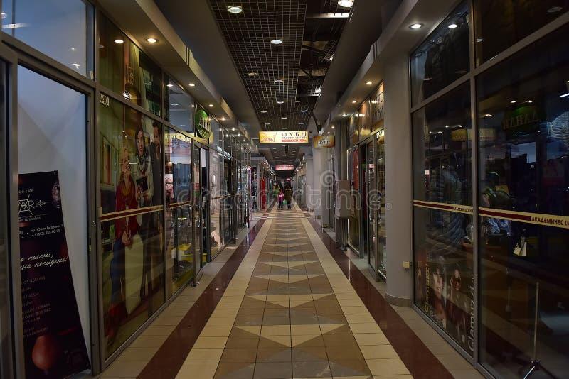 Pasillos del centro comercial moderno foto de archivo libre de regalías
