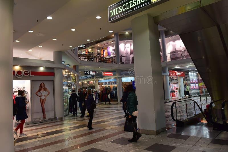 Pasillos del centro comercial moderno imagen de archivo libre de regalías