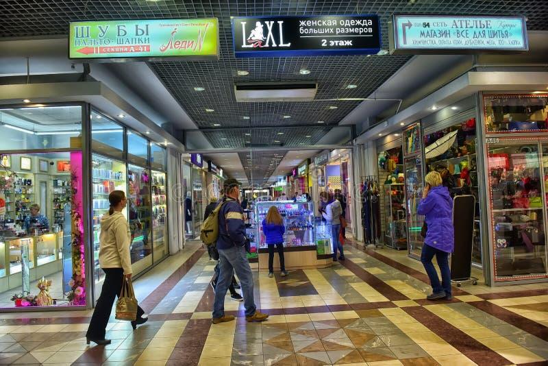 Pasillos del centro comercial moderno fotografía de archivo libre de regalías