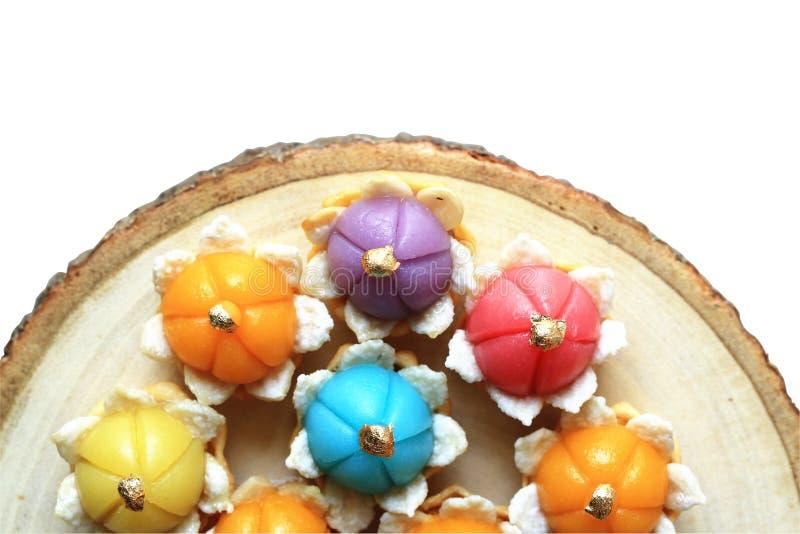 Paska Ake Tajlandzki tradycyjny deser na drewnianym talerzu i białym tle obrazy royalty free