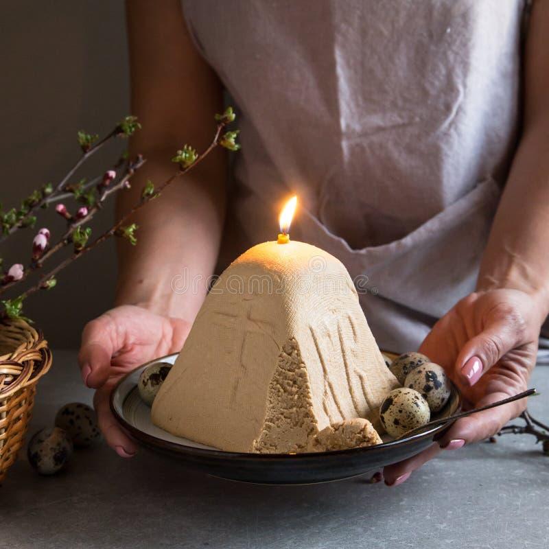 Paskha i kulich, Tradycyjny Ortodoksalny Wielkanocny kwarka deseru Curd t?o barwi?cy Easter jajek eps8 formata czerwony tulipanu  zdjęcie royalty free