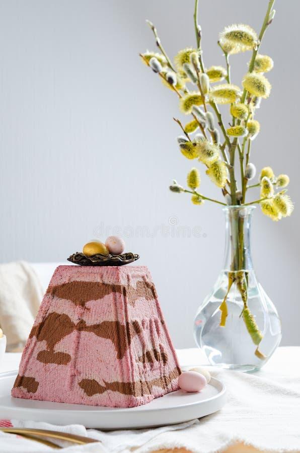 Paskha kwarka deseru Tradycyjny Ortodoksalny Wielkanocny Curd t?o barwi?cy Easter jajek eps8 formata czerwony tulipanu wektor Tra obraz stock