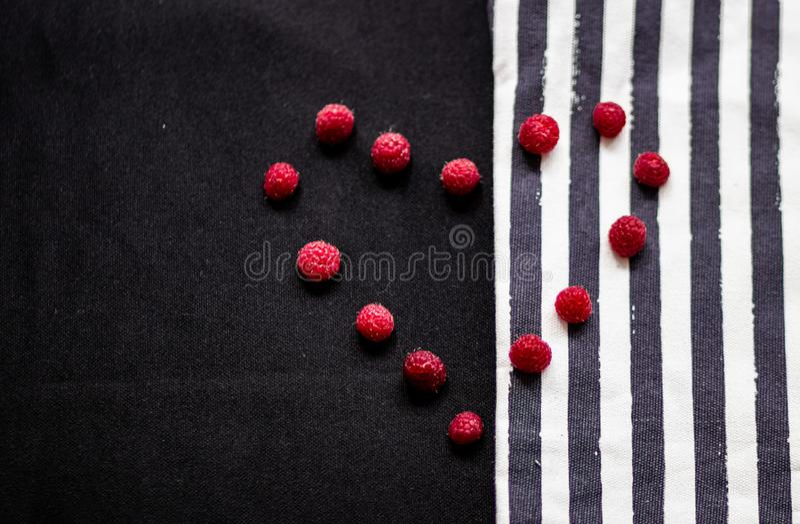 Paski i malinka na teksturze tkanina zdjęcia stock
