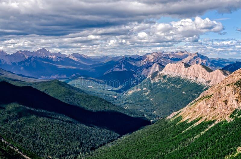 Pasmo górskie krajobrazowy widok w jaspisie NP, Kanada obrazy stock