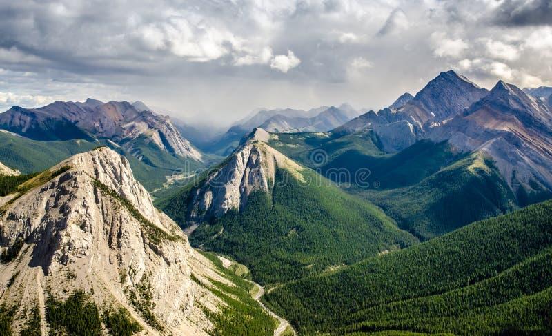 Pasmo górskie krajobrazowy widok w jaspisie NP, Kanada obraz royalty free