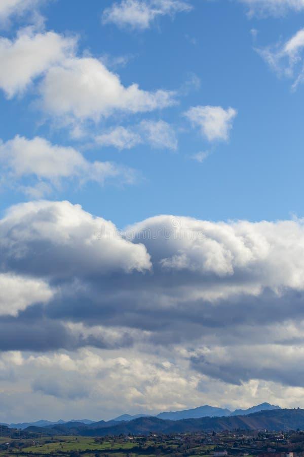 Pasmo górskie w jasnej pogodzie w kontrastować podeszczowe chmury przed deszczem zdjęcie stock