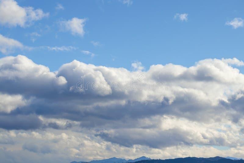 Pasmo górskie w jasnej pogodzie w kontrastować podeszczowe chmury przed deszczem fotografia royalty free