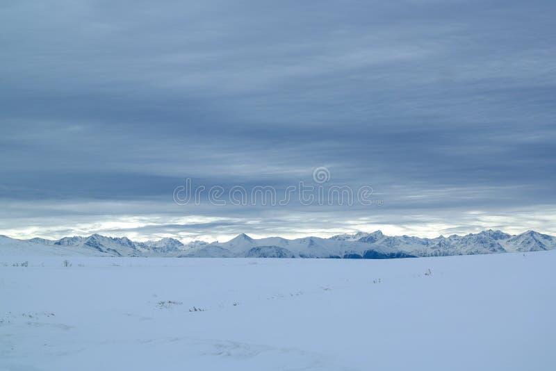 pasmo górskie zakrywający śnieg obrazy stock