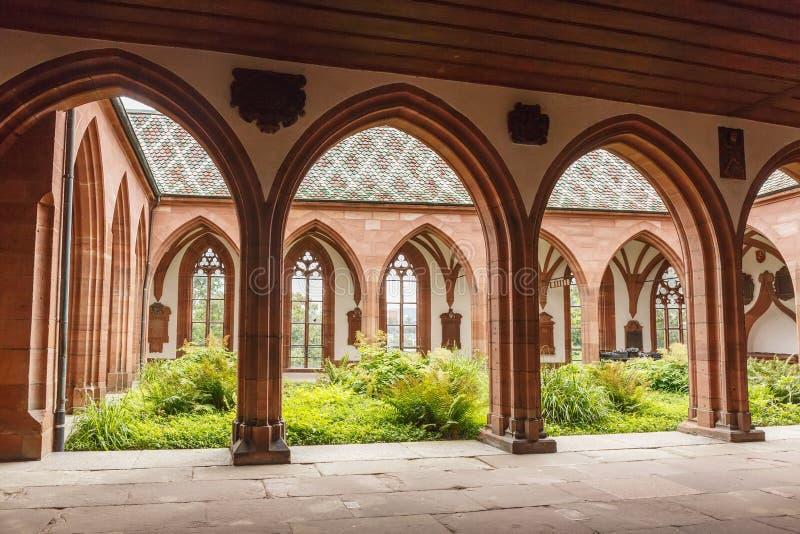 Paso arqueado en la catedral de Basilea Suiza imágenes de archivo libres de regalías
