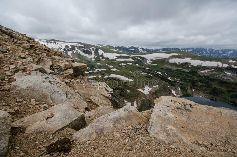 Paso de la carretera de Beartooth en Montana en un día de verano Cantos rodados grandes en primero plano fotografía de archivo