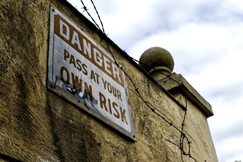 Paso de la muestra del peligro bajo su propio riesgo fotografía de archivo
