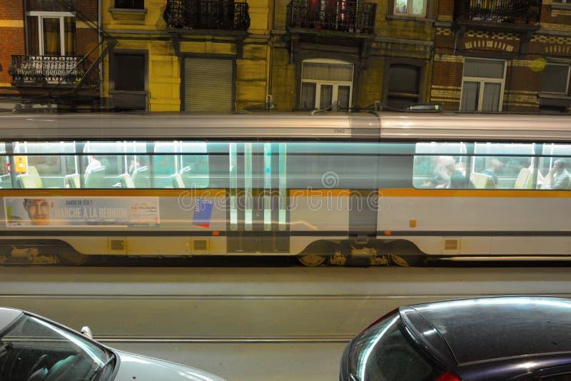 Paso de la tranvía que apresura en la noche imagenes de archivo