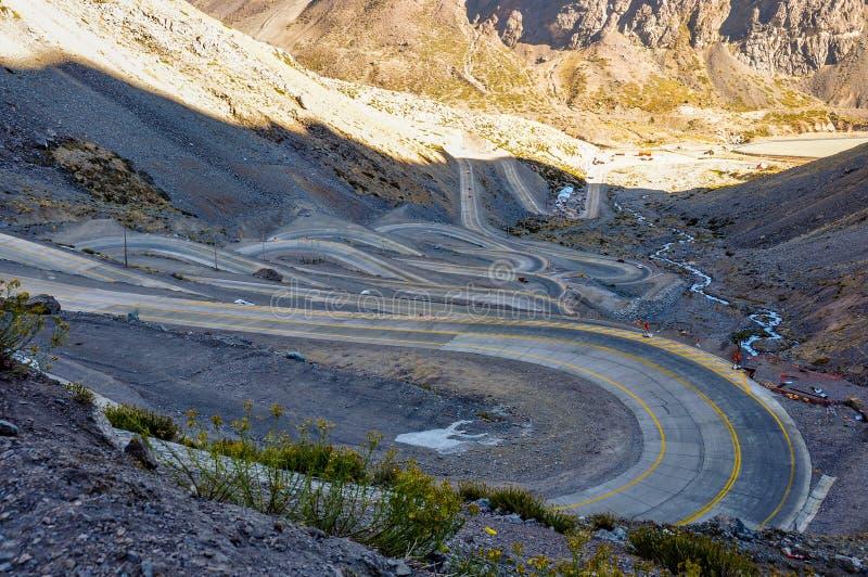 Paso de los Libertadores, slingrig väg på 3000 meter, mellan A fotografering för bildbyråer