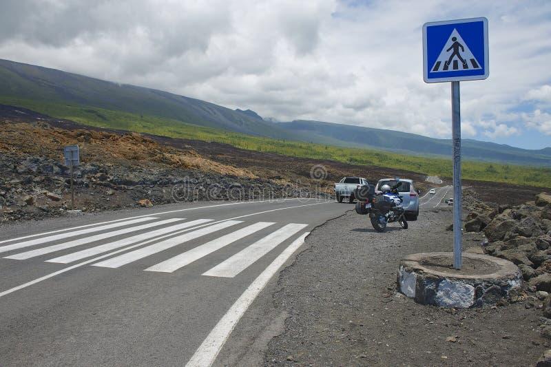 Paso de peatones de la carretera de asfalto sobre la lava volcánica en Sainte-Rose De La Reunion, Francia fotos de archivo