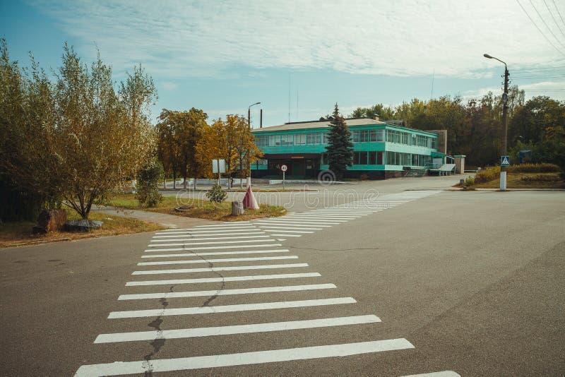 Paso de peatones en zona de exclusión de Chornobyl Zona radiactiva en la ciudad de Pripyat - pueblo fantasma abandonado Historia  fotos de archivo libres de regalías