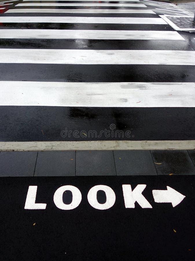 Paso de peatones mojado foto de archivo