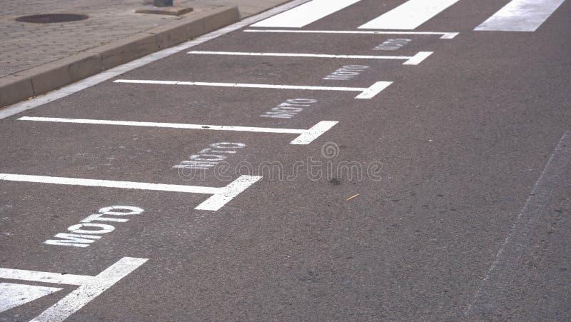 Paso de peatones o paso de peatones, aparcamiento libre vacío para las motocicletas foto de archivo