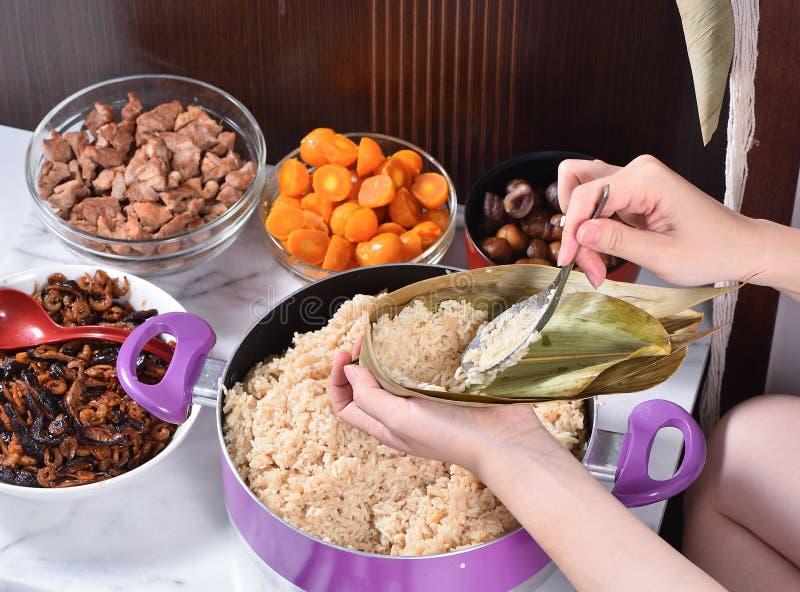 Paso de procedimiento de hacer receta de la bola de masa hervida del zongzi o del arroz en Dragon Boat Festival imagen de archivo