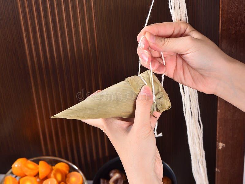Paso de procedimiento de hacer receta de la bola de masa hervida del zongzi o del arroz en Dragon Boat Festival imagen de archivo libre de regalías