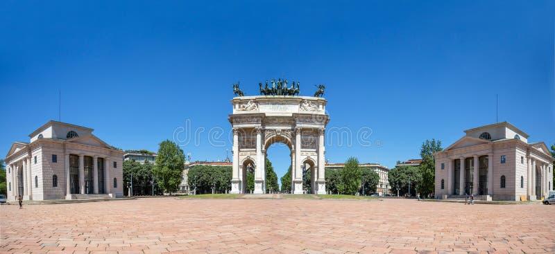 Paso del della de Arco, arco de la paz, cerca del parque de Sempione en el centro de ciudad de Milán, Italia fotografía de archivo