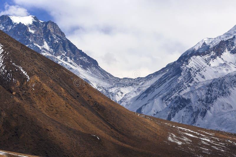 Paso del La de Thorong de un valle más bajo de Kali Gandaki del mustango fotografía de archivo