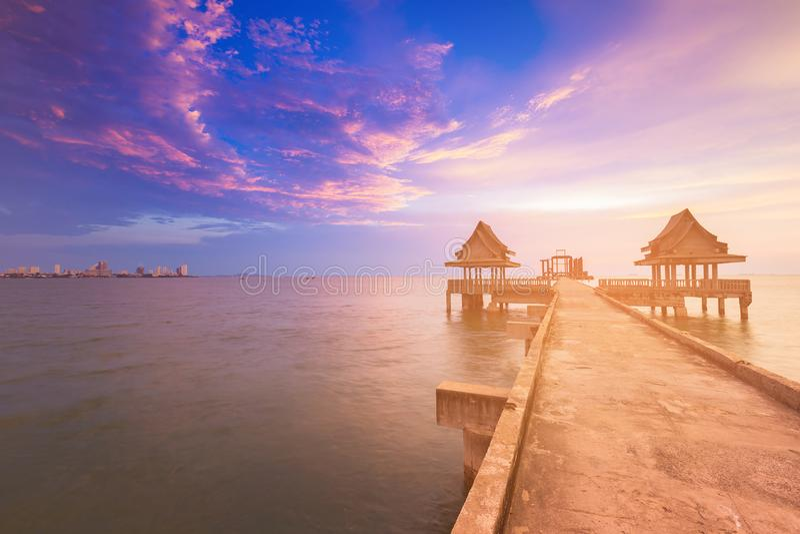 Paso del paseo en horizonte de la costa de mar con el fondo hermoso del cielo de la puesta del sol foto de archivo