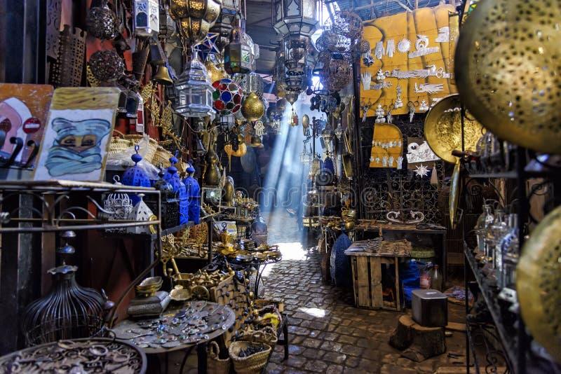 Paso estrecho en la Marrakesh Souq, Marruecos imagen de archivo