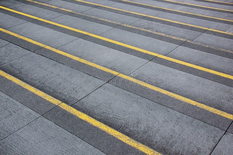 Paso gris de las escaleras con la línea amarilla imágenes de archivo libres de regalías