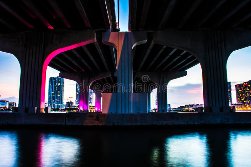 Paso inferior colorido del puente imagen de archivo