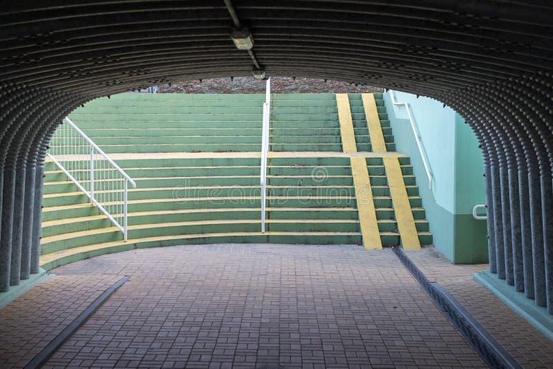 Paso inferior debajo de un camino ocupado Un lugar para los peatones en el tunn imagen de archivo libre de regalías