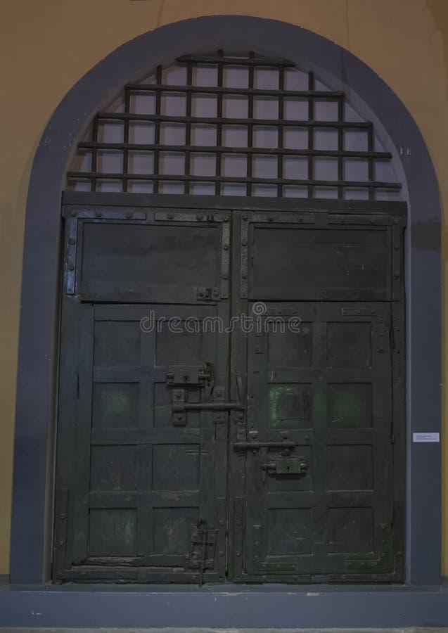 Paso original de la entrada principal, prisión de Hoa Lo, Hanoi, Vietnam foto de archivo libre de regalías