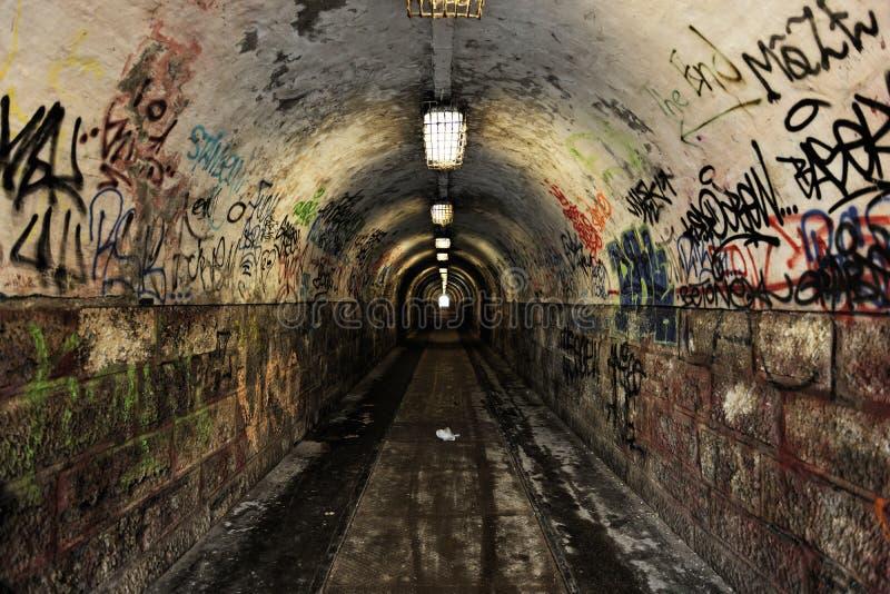 Paso oscuro del undergorund con la luz imagen de archivo libre de regalías