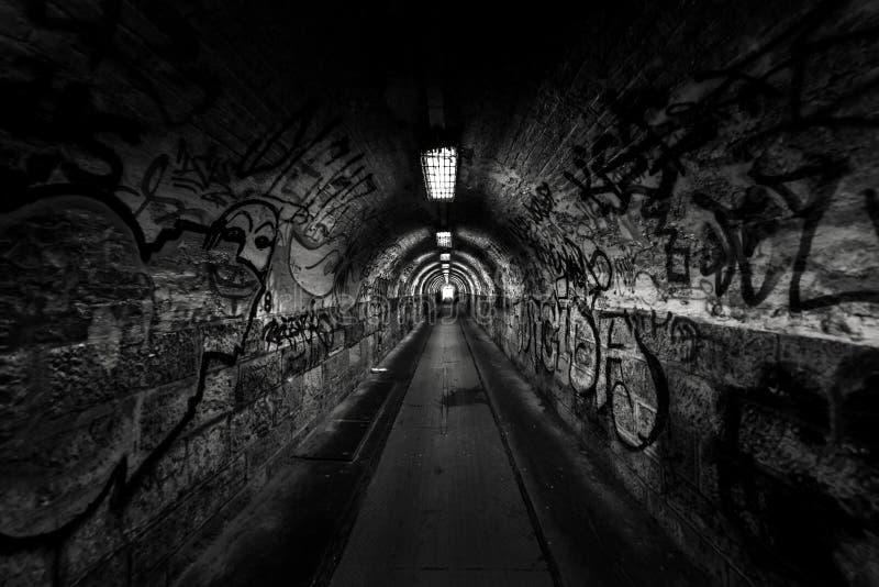 Paso oscuro del undergorund con la luz fotos de archivo libres de regalías