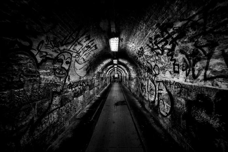 Paso oscuro del undergorund con la luz imágenes de archivo libres de regalías
