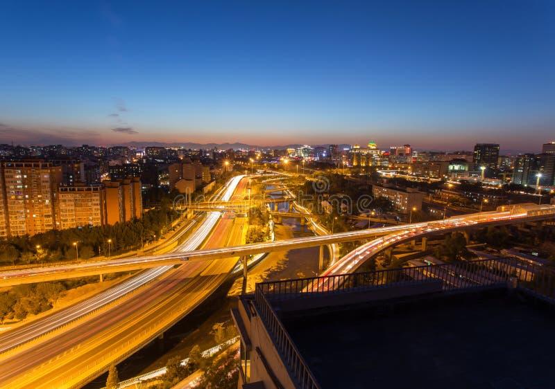 Paso superior de Pekín en la noche foto de archivo