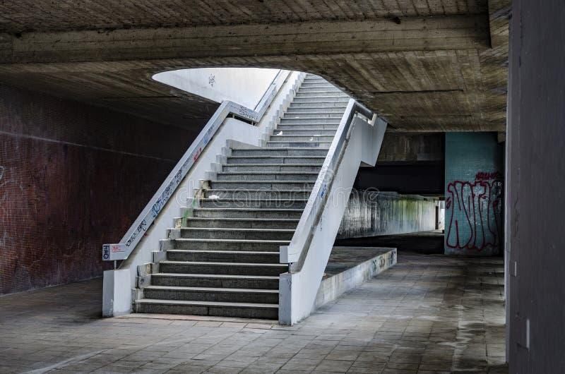 Paso urbano sucio con la escalera sucia fotografía de archivo