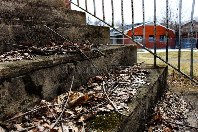Pasos concretos del edificio abandonado fotos de archivo libres de regalías