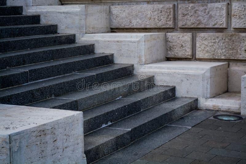 Pasos concretos grises y monofónicos Paredes de piedra Edificio redondo Fondo foto de archivo