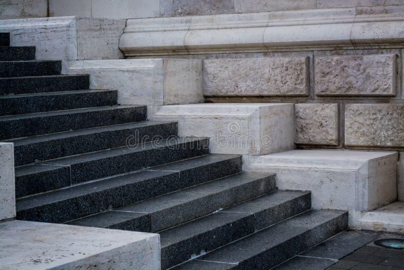 Pasos concretos grises y monofónicos Paredes de piedra Edificio redondo Fondo fotos de archivo