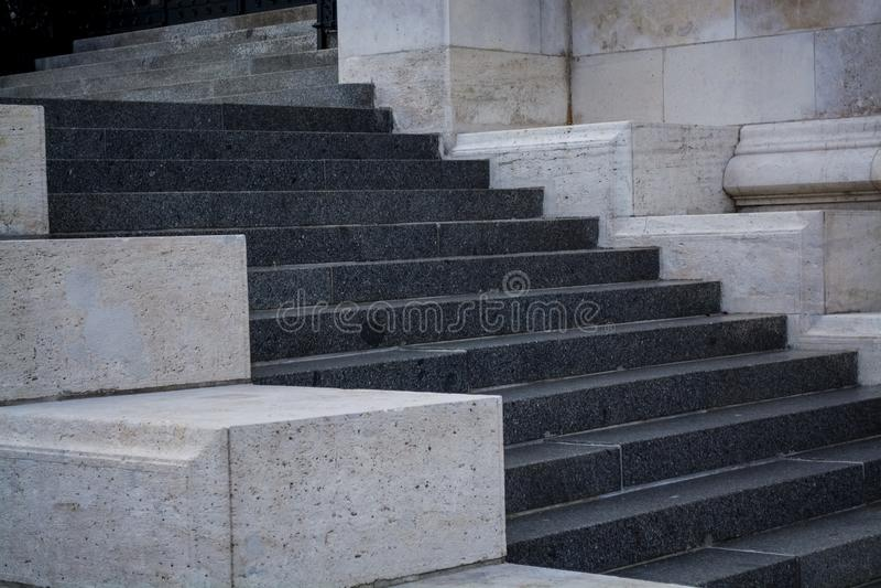 Pasos concretos grises y monofónicos Paredes de piedra Edificio redondo Fondo imagenes de archivo