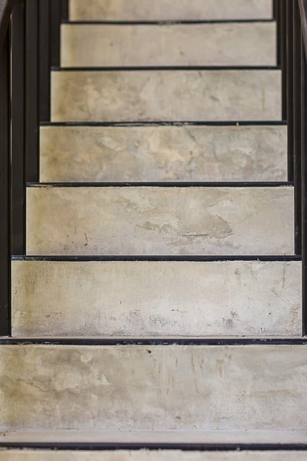 Pasos concretos Textura de la escalera Escalera del hormig?n del cemento Escaleras concretas modernas abstractas a la construcci? fotos de archivo libres de regalías